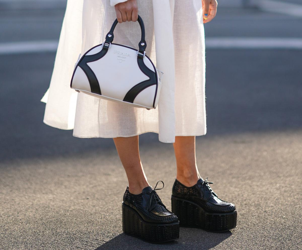 ロマンティックなドレスに意外な靴&バッグを