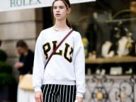 カレッジ風スウェットシャツでプレッピーに着るストライプ