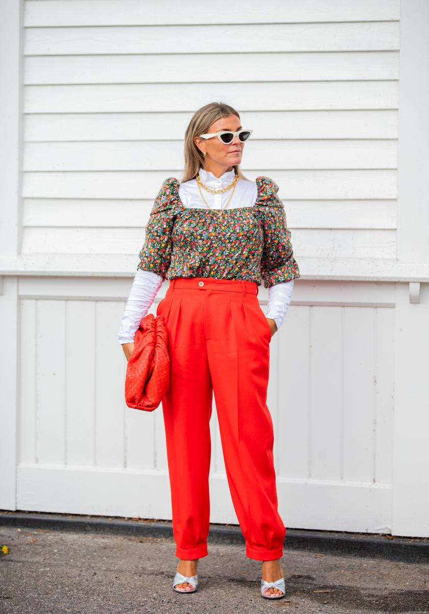 真っ赤なパンツと小花柄トップスが好対照
