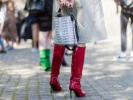 ロゴバッグ&真っ赤なブーツでパンチを効かせて