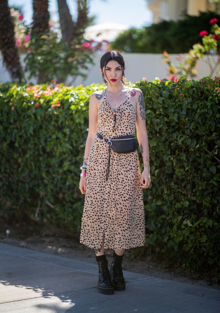 絶妙な丈感のドレスで女性らしさを演出