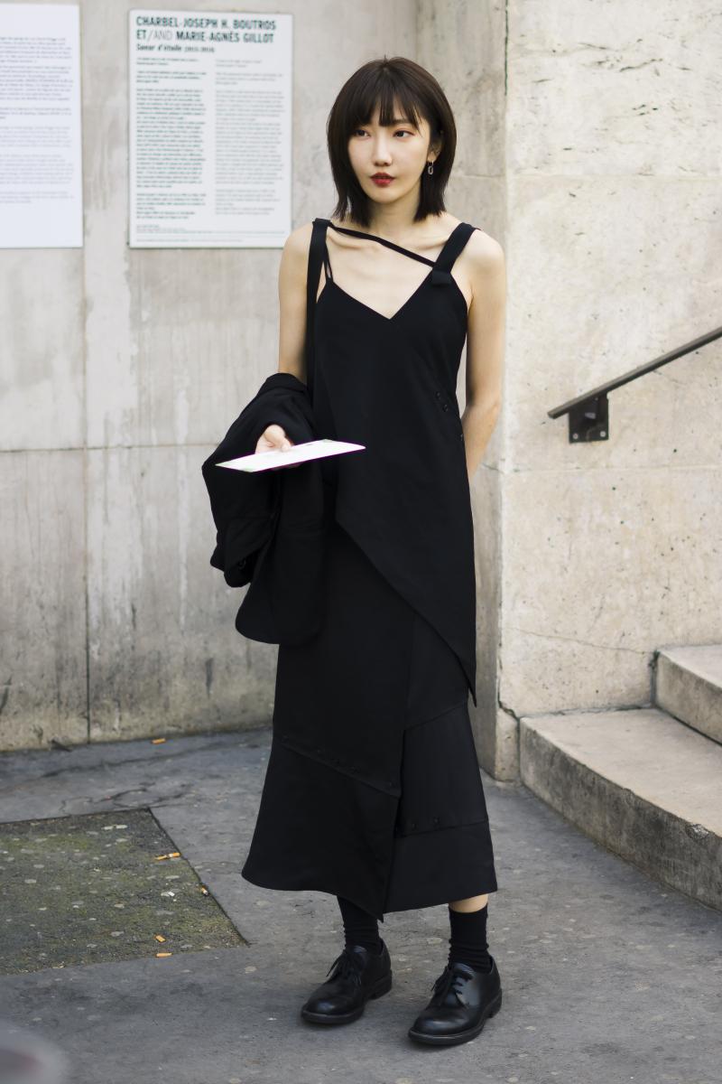 モードなブラックドレスは、潔くデコルテを見せて