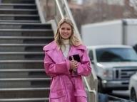 ストリートで目を引く、メタリックピンクのコート