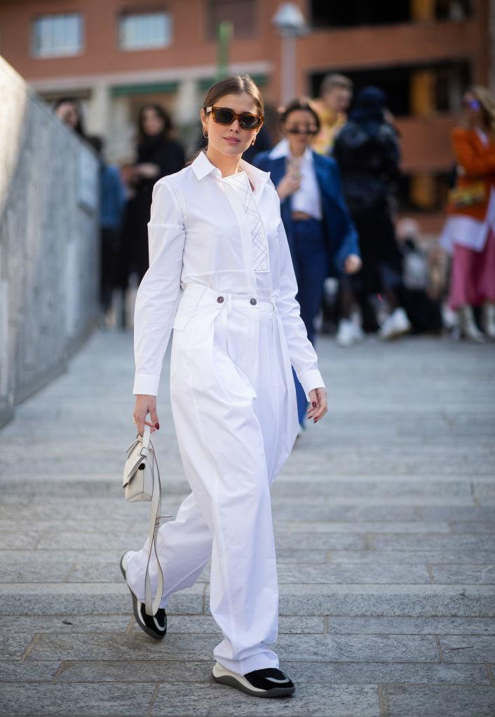 白いシャツ&パンツでワントーンスタイルに