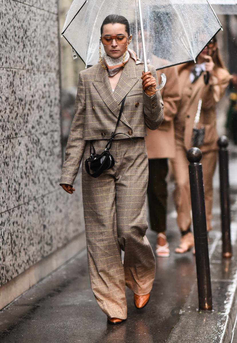 チェック柄スーツになじむ色のスカーフを