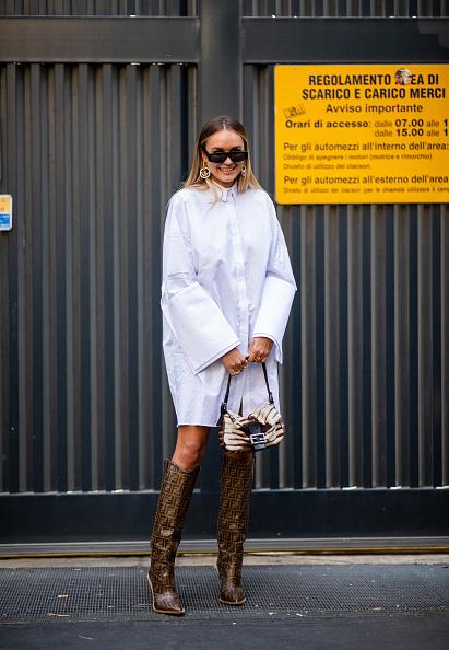 白いシャツドレスにフェンディのアイテムをプラス