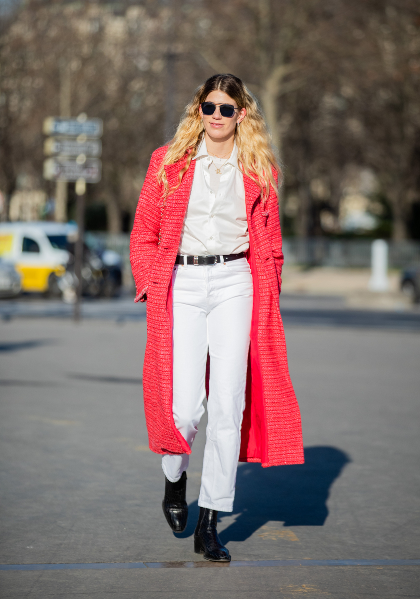 白いシャツ&パンツに、赤いコートを羽織って