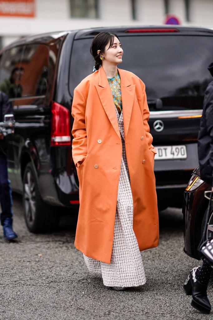 ビタミンカラーのコートが春らしい表情