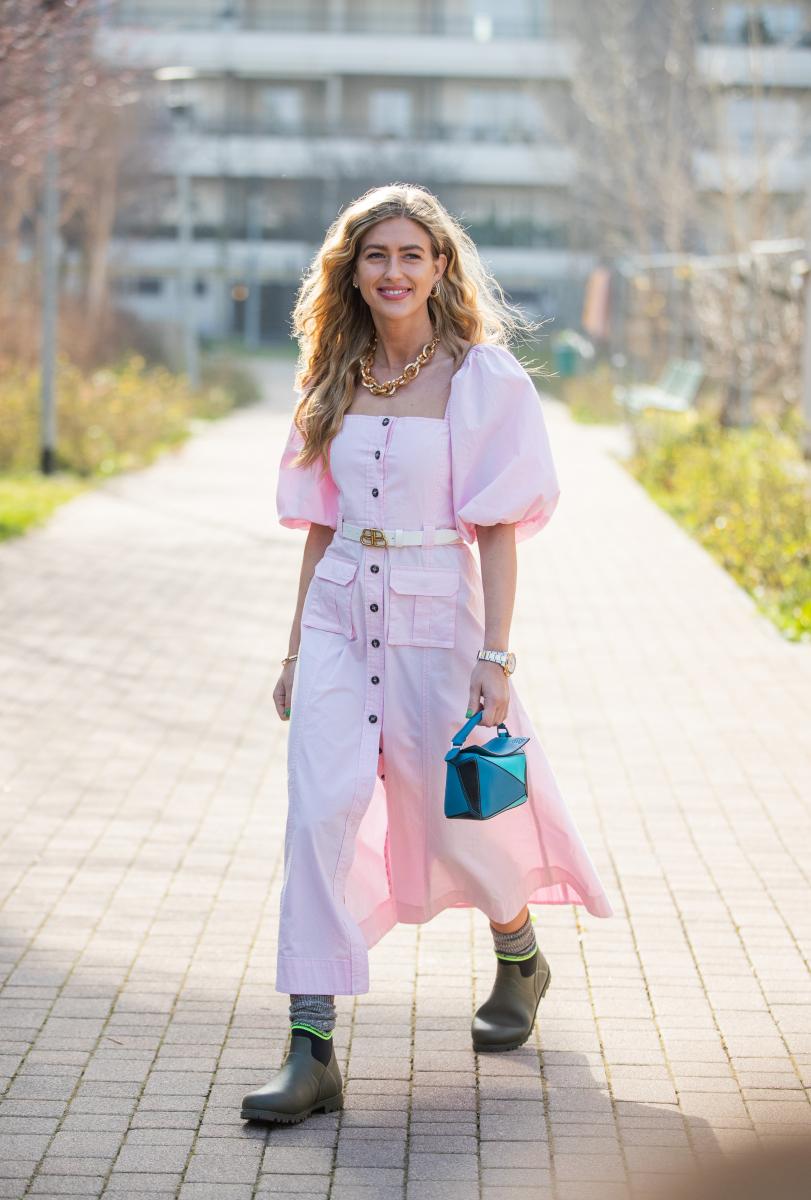シュガーピンクのドレスをラバーブーツでカジュアルダウン