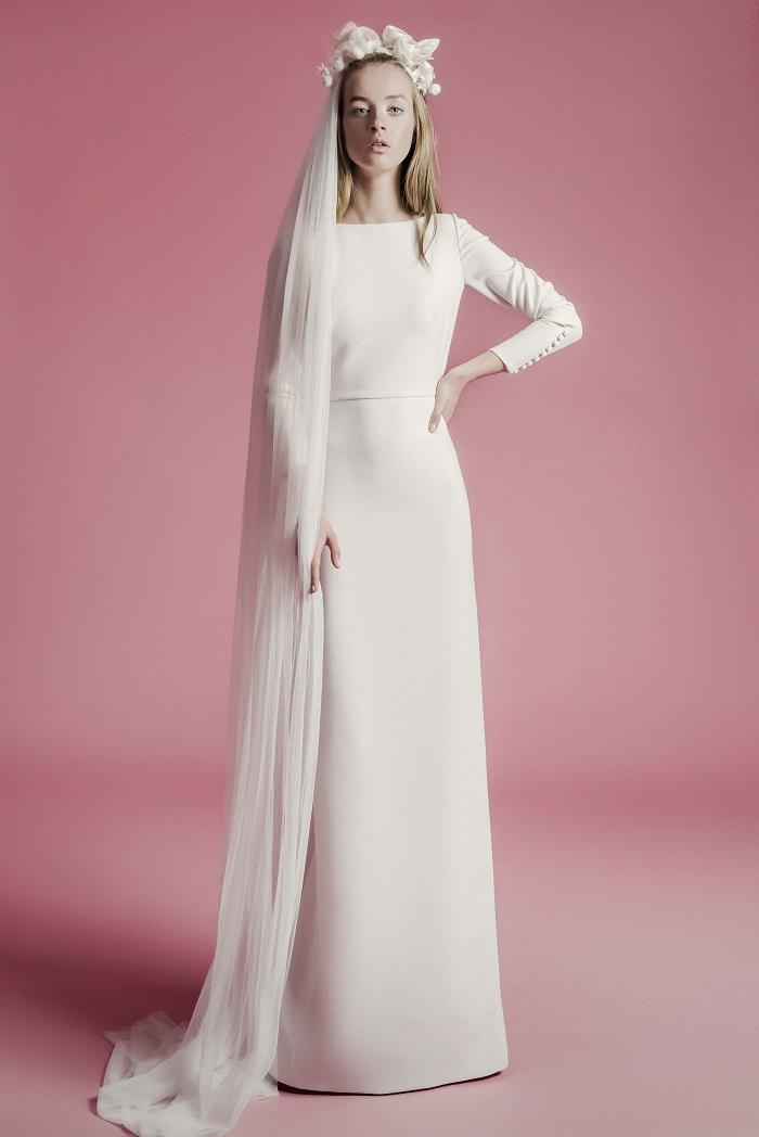 高貴なムードが漂う、肌の露出を抑えたミニマルデザイン。ドレス¥280,000(レンタル)