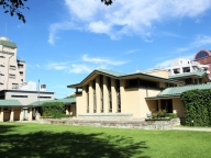 名建築家が生んだシンメトリーな学舎が晴れの舞台