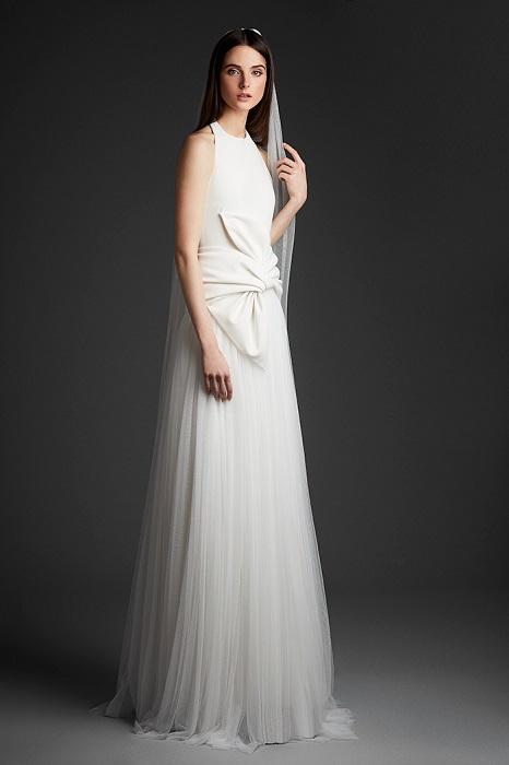 セパレート風のデザインでカジュアルミックスな装いに。ドレス¥350,000(レンタル参考価格)