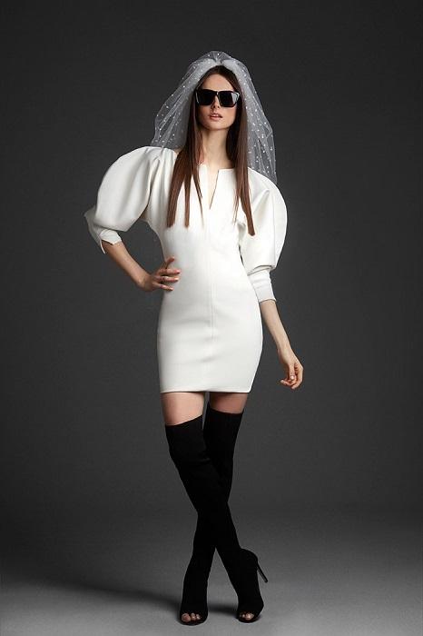 アーバンな女性に着こなしてほしいインパクトミニドレス。ドレス¥200,000(レンタル参考価格)