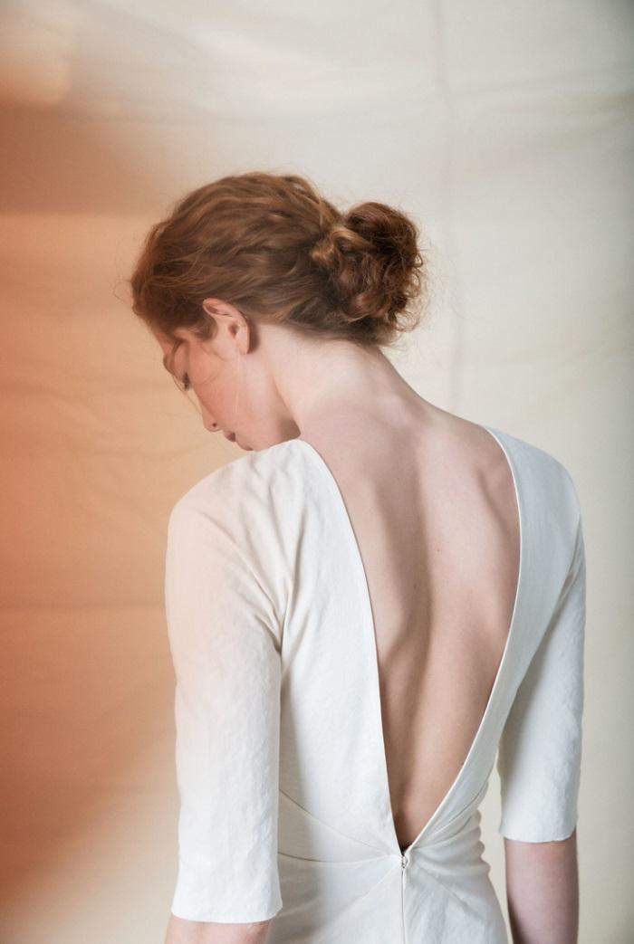 計算されたカッティングで背中を美しくシェイプ。ドレス¥400,000(レンタル)
