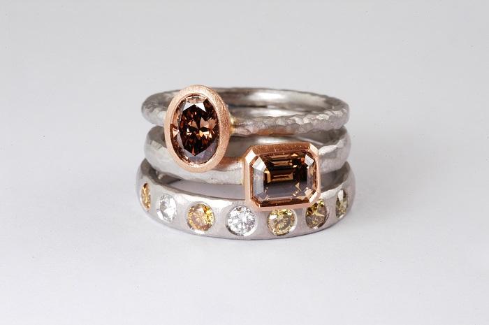 (上)リング〈Pt、PG、ブラウンダイヤモンド0.##ct〉¥480,000、(中)リング〈Pt、PG、ブラウンダイヤモンド0.##ct〉¥800,000、(下)リング〈Pt、ダイヤモンド〉¥430,000/全てマルコム ベッツ