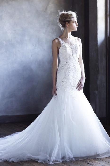 直線的なパターンと麗しいマーメイドラインが辛口派の心をキャッチ。ドレス¥265,000(レンタル)