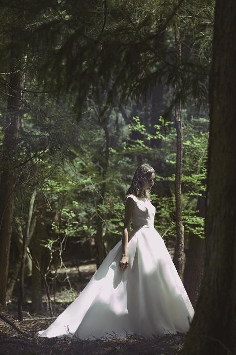 コレクションの中には正統派なホテル婚に似合うデザインも。ドレス¥300,000