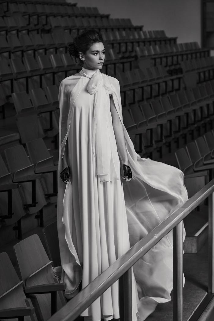 トレンドワードのひとつであるマント風デザインが最高にドラマティック。ドレス¥330,000(レンタル)、ケープ¥250,000