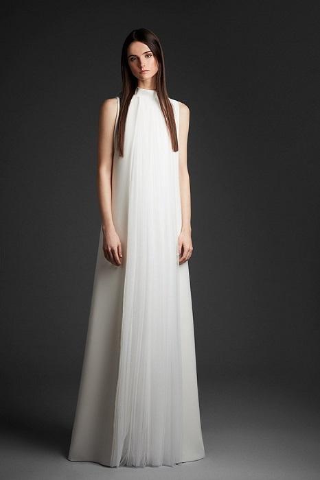 ハイネックのデザインが今どきの、引き算の美学を追求したルック。ドレス¥350,000(レンタル参考価格)