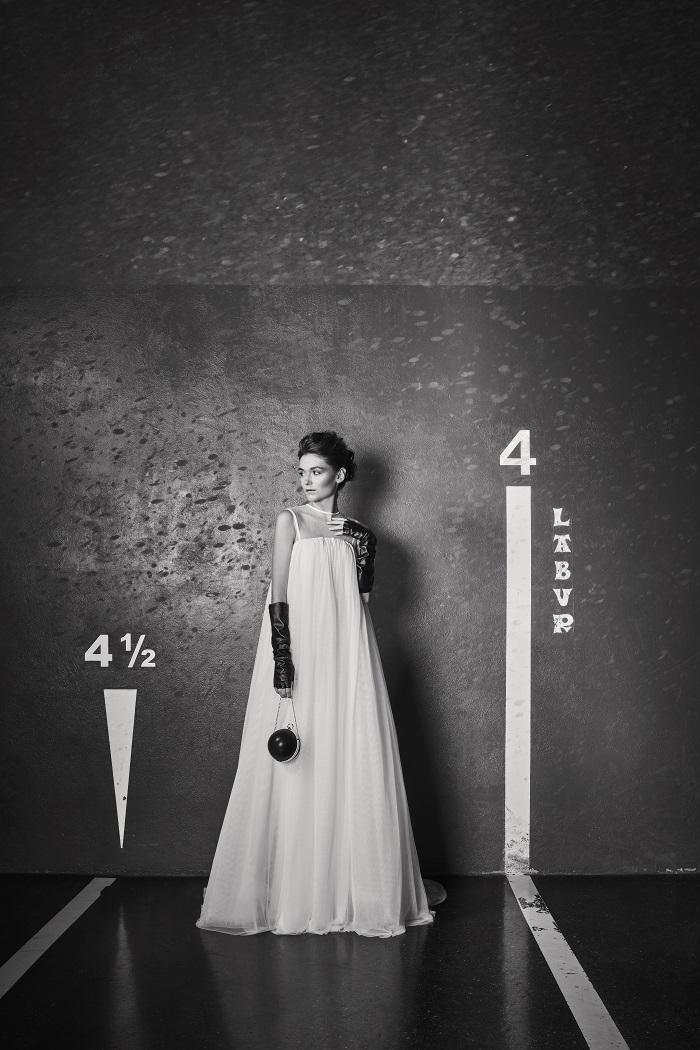 前開きのチュールのオーバードレスは風を受けてなびく姿も美しい。ドレス¥480,000(レンタル)