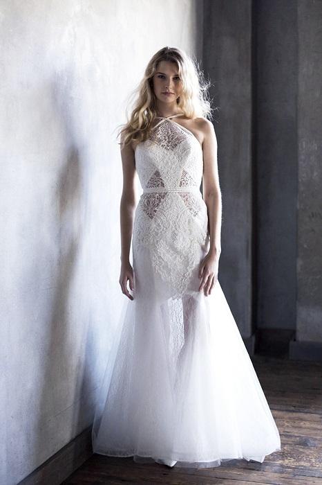 ホルターネック&シースルースカートでセンシュアルな魅力を。ドレス¥175,000(レンタル)