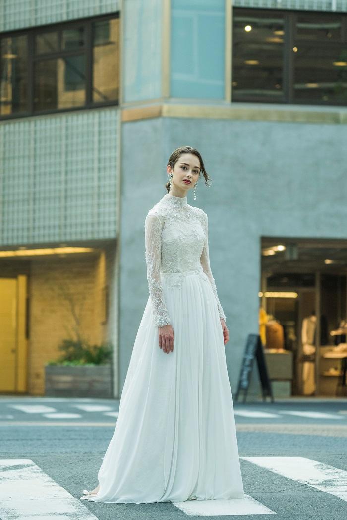 美シルエットが際立つ「アンジェリ」。ヘッドアクセサリーやネックレスもオリジナルでデザインしている。