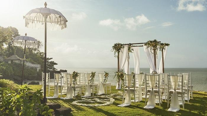 【フォーシーズンズリゾート バリ アット ジンバランベイ】水平線をバックに心地よいガーデンで挙式が行える「ギリジンバラン ガーデンウェディング」