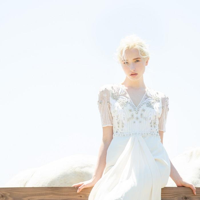 ブランドの代名詞である繊細なビーズ刺繍で視線をキャッチ。ドレス¥180,000(レンタル価格)/テンパリーロンドン