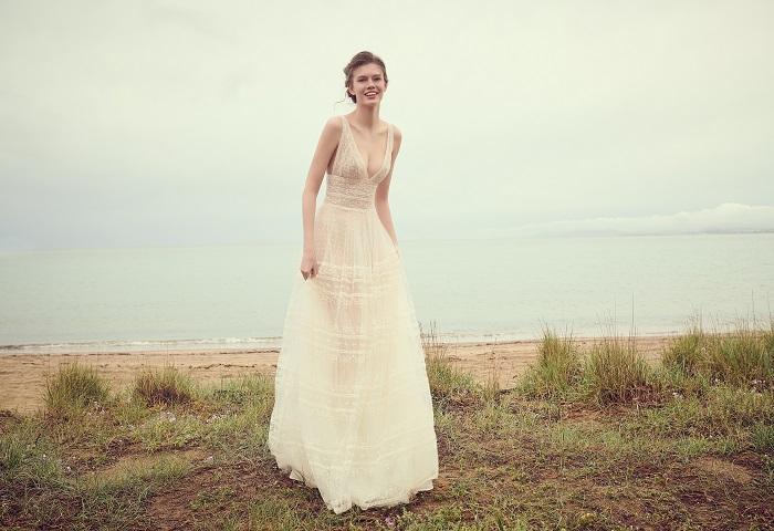 トランスペアレントな素材でフェミニンな魅力を軽やかに添えて。ドレス¥460,000(レンタル)/コスタレロス