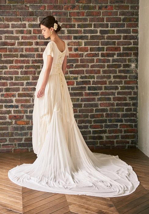 今秋のトレンドを鮮やかにまとうヴィンテージライクなドレス