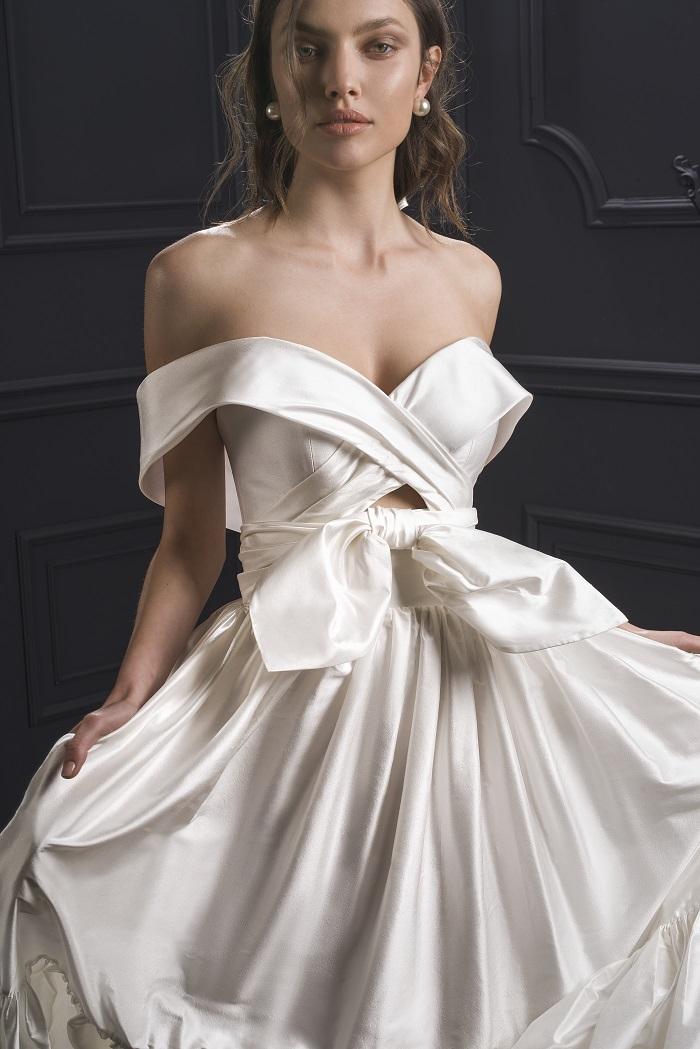 甘さを抑えたリボン使いで、モダンな花嫁像へとデコレート。ドレス¥420,000(レンタル)/リヒ・ホッド