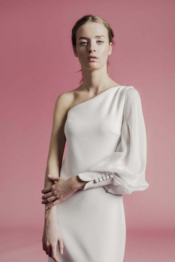 「ELEONORA」にシアーなスリーブをプラスしてモードに昇華。ドレス¥260,000(レンタル)