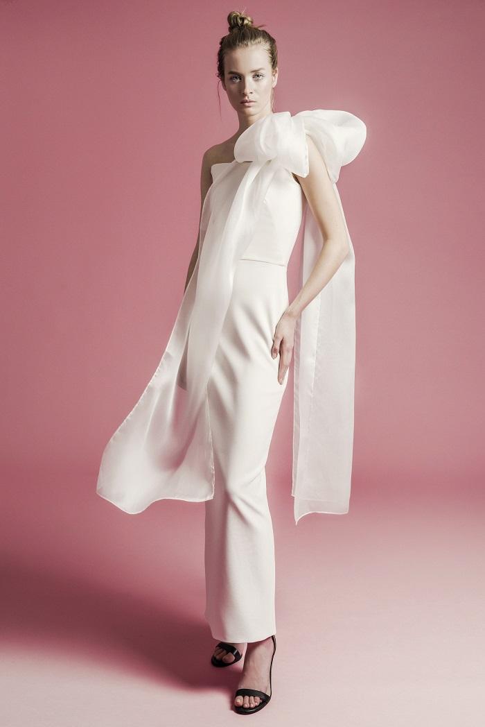 「ENYA」にインパクトリボンを付けて印象を大胆にシフト。ドレス¥330,000(レンタル)