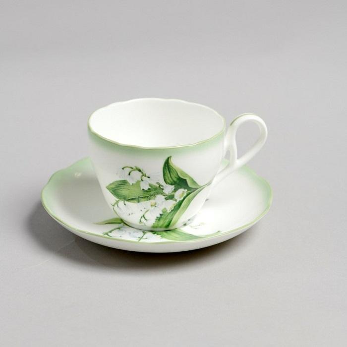 カップとソーサーで繋がるスズランの繊細な描写が魅力的。ティーカップ&ソーサー¥5,000