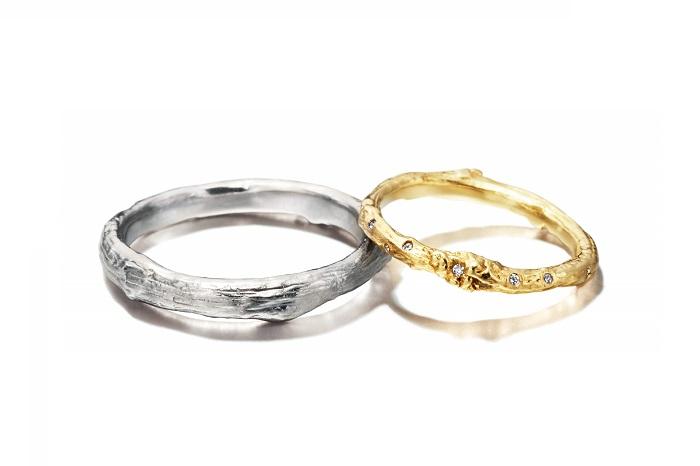 繊細で有機的なフォルムに人気が集まるアレックス・モンローのマリッジリング。(左)メンズリング〈WG〉¥180,000、(右)レディースリング〈YG、ダイヤモンド〉¥140,000/共にアレックス・モンロー