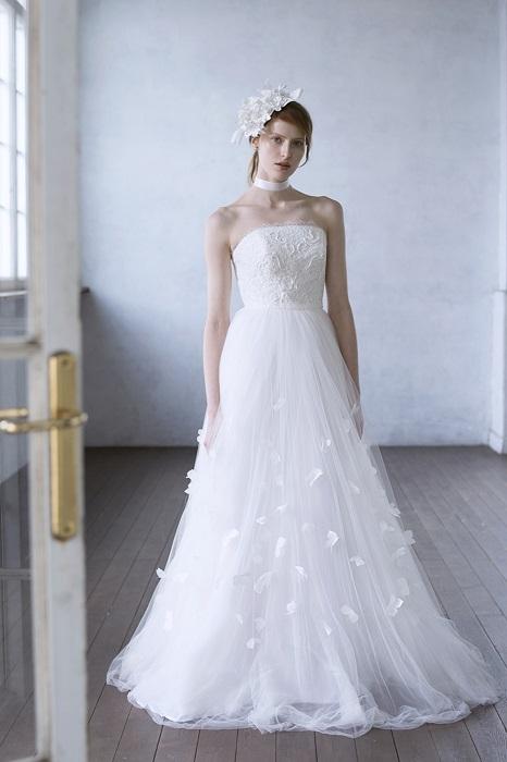 フラワーペタルのような装飾がスカートの透明感を一層引き立てて。ドレス¥205,000(レンタル)