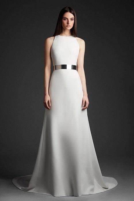 ノースリーブのミニマルなドレスをウエストマークで味付け。ドレス¥350,000(レンタル参考価格)