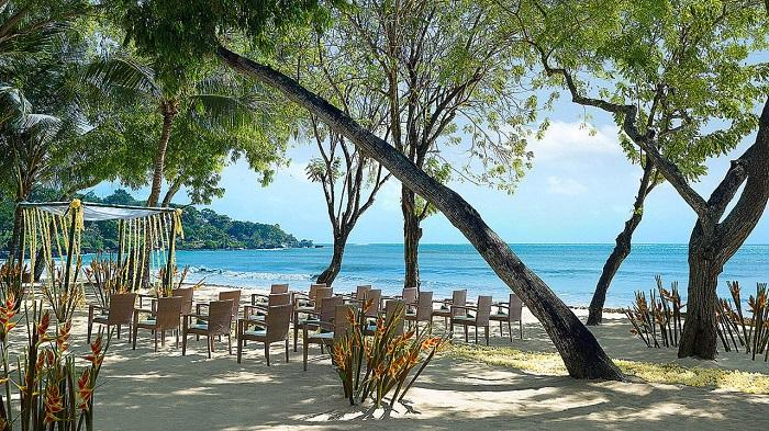 【フォーシーズンズリゾート バリ アット ジンバランベイ】美しい入江に広がる「ココナッツグローブ ビーチウェディング」で、開放的なビーチ挙式を