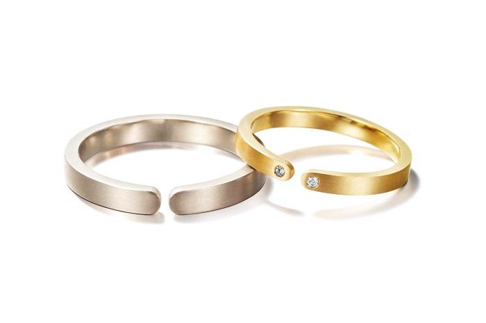 恋人たちが抱擁する姿をモダンに描いたコンセプチュアルなジュエリー。(左)メンズリング〈WG〉¥200,000、(右)レディースリング〈YG、ダイヤモンド〉¥170,000/共にリア・ディ・グレゴリオ
