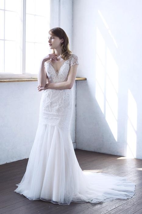 デコルテを美しく見せる流行のV開きドレスは必見。ドレス¥230,000(レンタル)