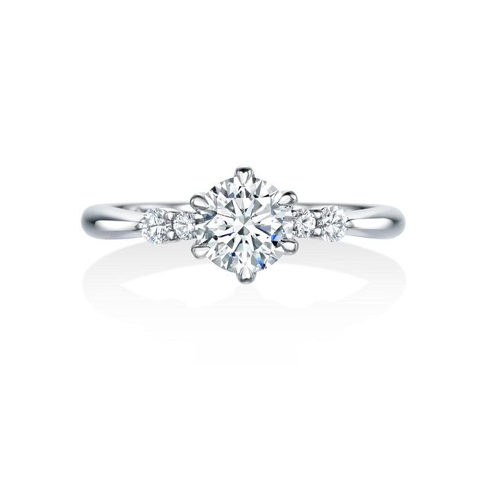 センターに沿ってシェイプされたアームがダイヤモンドの輝きを一段と引き立てる。「クラウン」(上)エンゲージメントリング〈Pt、ダイヤモンド0.17ct~〉¥256,000~