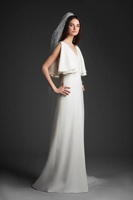 生地の落ち感を巧みに用いたドレープ装飾で、印象に残る花嫁姿に。ドレス¥300,000(レンタル参考価格)