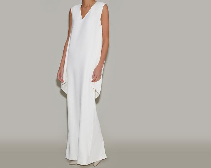 シャープなネックラインと深く入ったスリットがモードな女性像を演出。ドレス¥86,000
