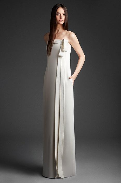 シンプルなリボンがひと匙の甘さを加えるスレンダードレス。ドレス¥300,000(レンタル参考価格)