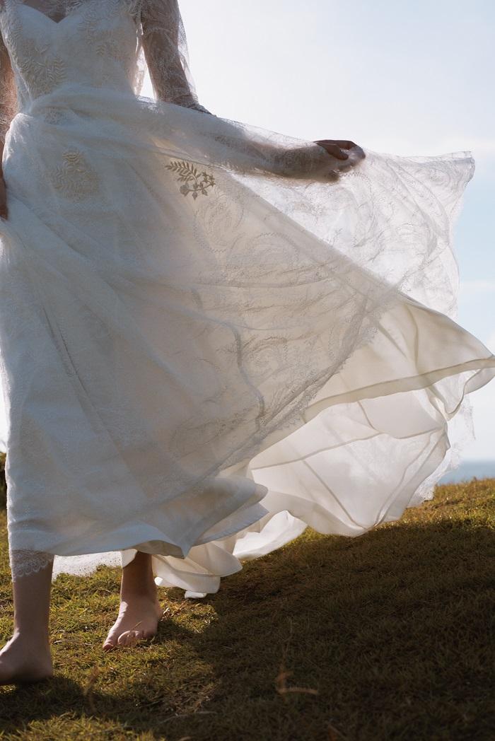 フランス製シャンティレースが全身を優しく包む。陽に透ける柄が綺麗で、オープンエアでも映える一着。ドレス¥280,000(レンタル価格)