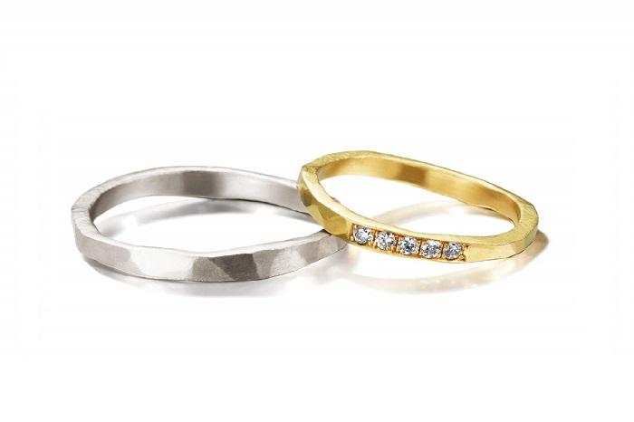 ハンマリングで形成する、どこか武骨でクラフト感のある表情が魅力的。(左)メンズリング〈Pt〉¥160,000、(右)レディースリング〈YG、ダイヤモンド〉¥180,000/共にコリーヌ・ハマック