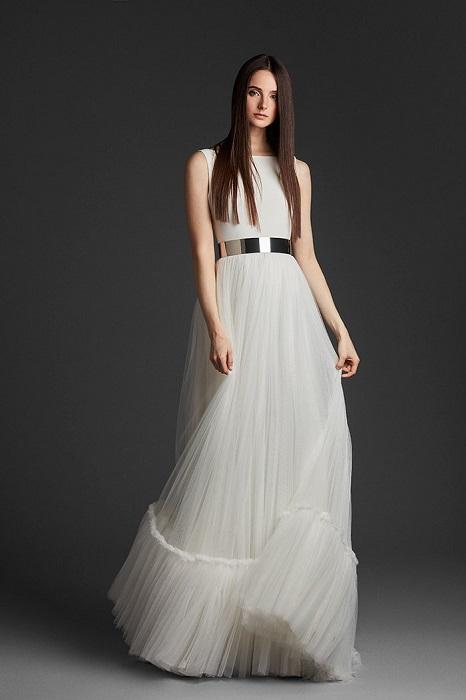 透明感あふれるチュールの持ち味を存分に活かした軽やかな一着。ドレス¥380,000(レンタル参考価格)
