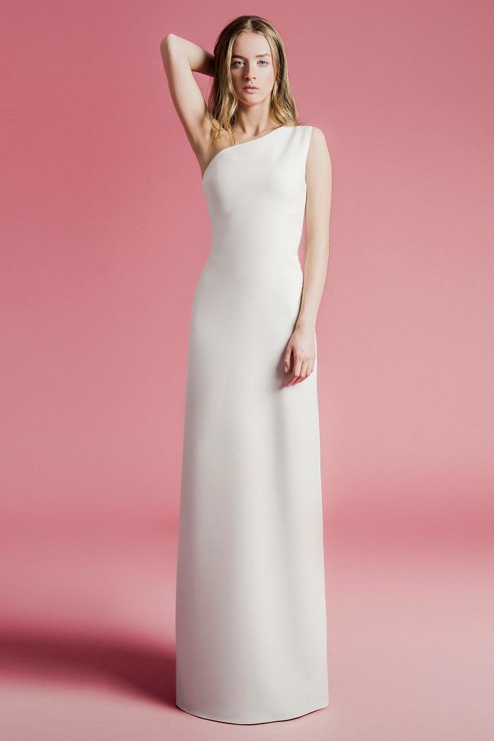 マルチな着こなしが楽しめるワンショルダーの「ELEONORA」。ドレス¥200,000(レンタル)