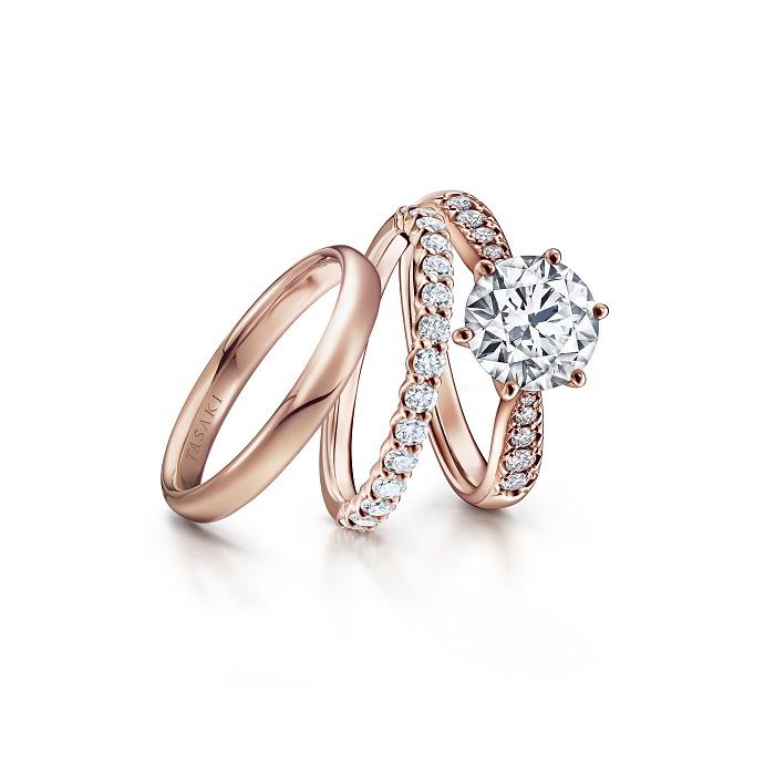 右から:「ピアチェーレ ソリティア パヴェ リング」〈SAKURAゴールド、ダイヤモンド0.25ct〉¥240,000〜、「ピアチェーレ ハーフエタニティ リング 」〈SAKURAゴールド、ダイヤモンド〉¥260,000、「ピアチェーレ ライン 27 リング」〈SAKURAゴールド〉¥750,000