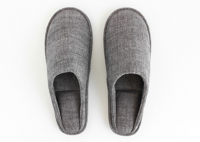 足裏に気持ちよくフィットする、新潟の織物で紡ぐスリッパ